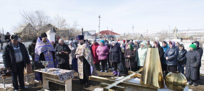 На строящийся храм в п. Березинский подняли купол и крест