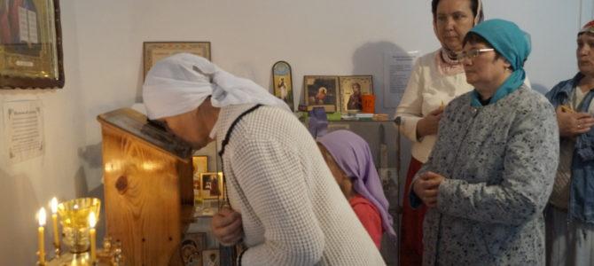 Ра́дуйся, пе́рсте, на святу́ю Евхари́стию указу́яй